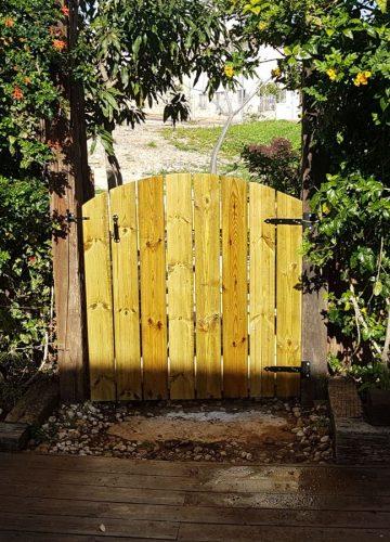 הקמת שער עץ בגינה